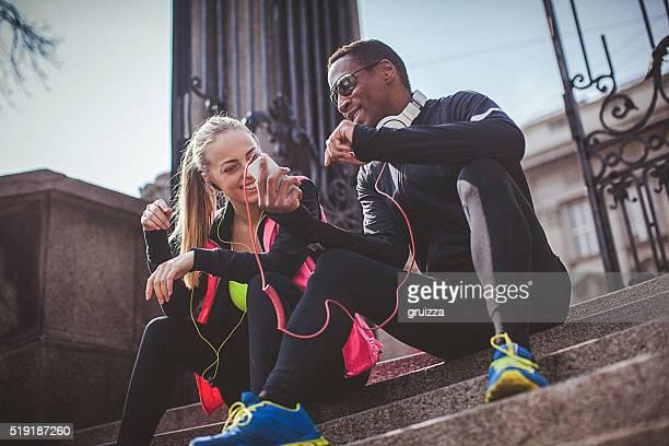 Coupe jeune couple se détendre après la séance d'entraînement poussée