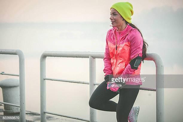 Coupe jeune femme détente après la course