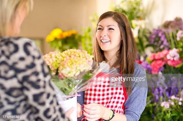 若い花屋を顧客 - ギフトショップ ストックフォトと画像