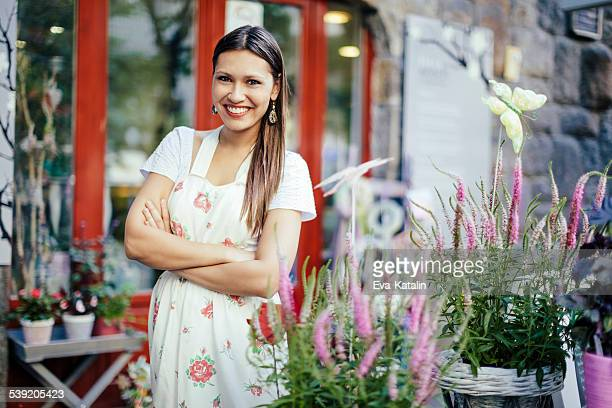 Su florista joven trabajando en tienda