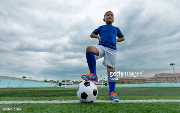 young football player waiting for kick off - arms akimbo stock pictures, royalty-free photos & images