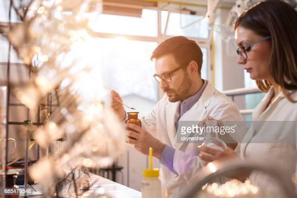 Junge Forensiker ein medizinisches Experiments in einem Labor machen,