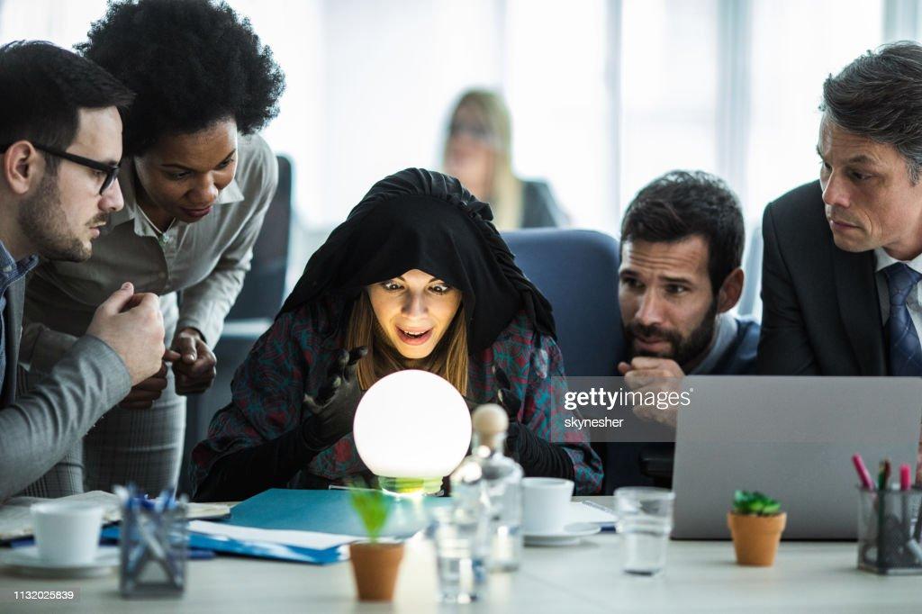 Der junge Wahrsager prognostiziert die Zukunft des Business-Teams. : Stock-Foto