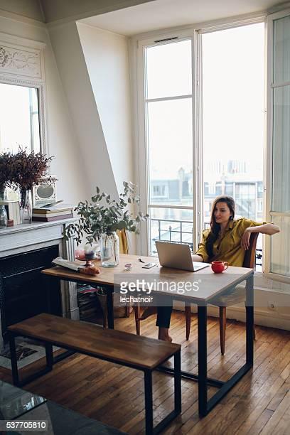 Junge Freiberufler Frau entspannt sich in Ihr Pariser Appartment
