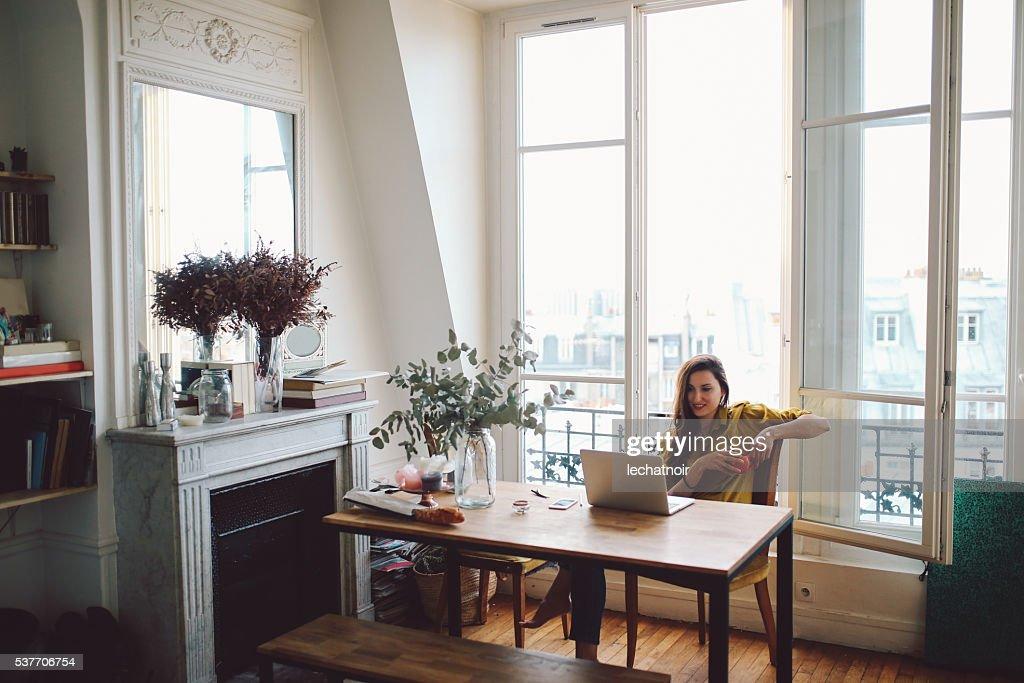 Jeune travailleur indépendant femme se détendant dans son appartement parisien : Photo