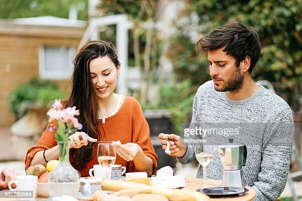 Young-Paar mit einem brunch im Garten