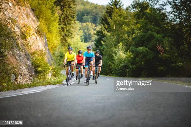 週末に田舎をサイクリングする若い友人 - リュブリャナ ストックフォトと画像