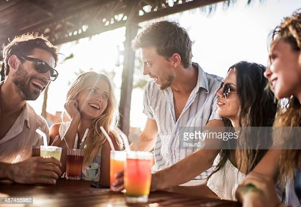 Jovens amigos desfrutar de um dia no bar e a comunicação.