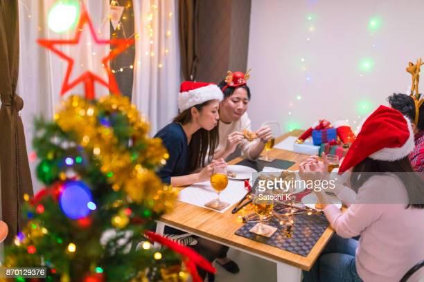 若い友人は自宅でクリスマス パーティーを楽しんで
