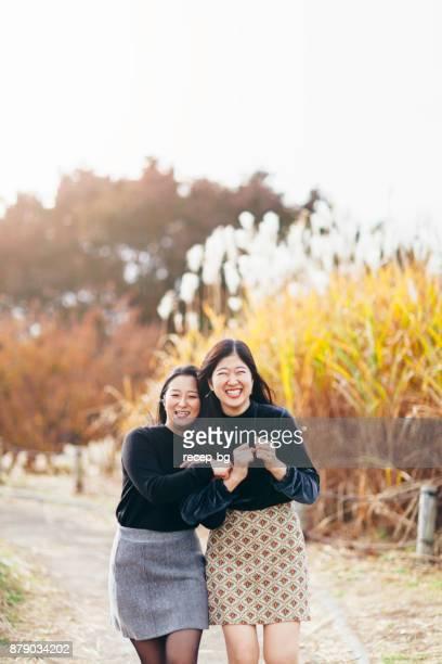 jeunes amis appréciant en automne - ado minijupe photos et images de collection