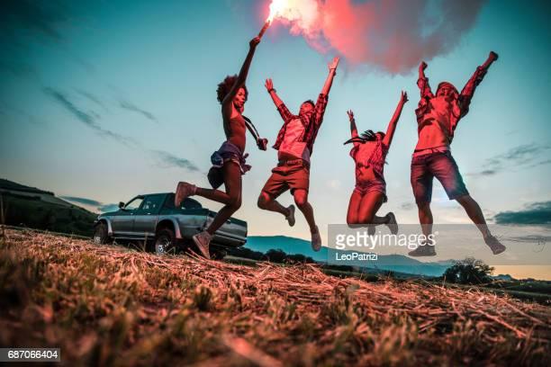 Jeunes amis, jouir de la liberté sur un trajet en voiture sur un pays offroad