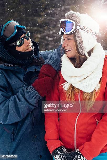 jeunes amis s'amusant à poser - sport d'hiver photos et images de collection