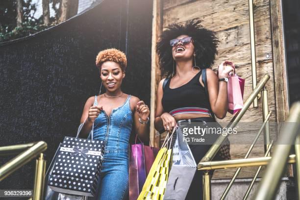 Junge Freunde, die gemeinsam einkaufen