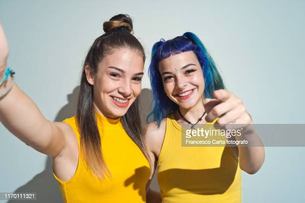 young friends making a selfie - オルタナティブカルチャー ストックフォトと画像