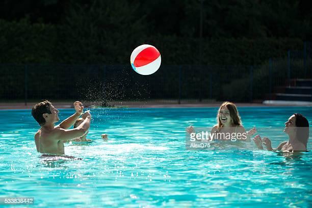 Jóvenes amigos mientras juegan en la piscina