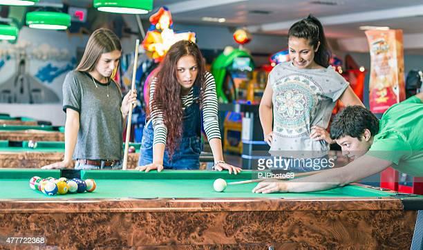 giovani amici giocare gioco di biliardo o di piscina - pjphoto69 foto e immagini stock