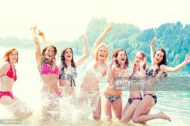 Jeunes amis posant et danser sur la plage