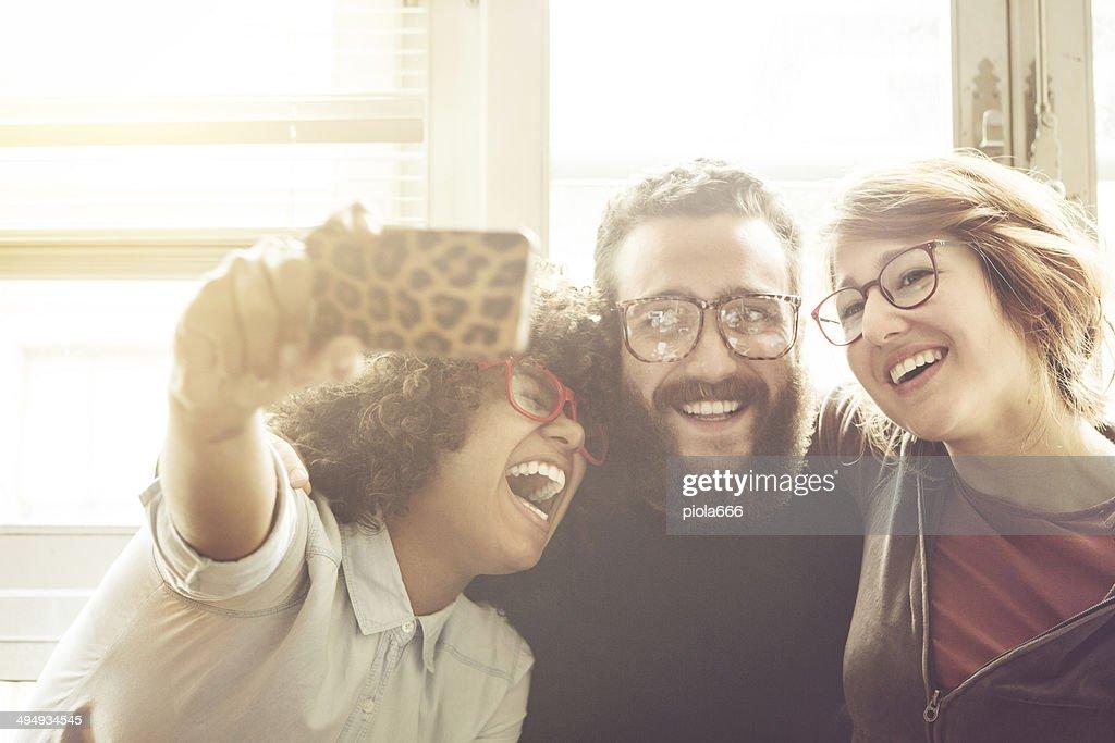 Giovani amici prendendo un selfie : Foto stock