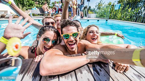 young friends taking selfie - piscina foto e immagini stock