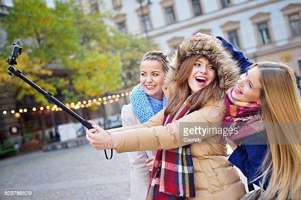 Jeunes amis ensemble faire une autophoto
