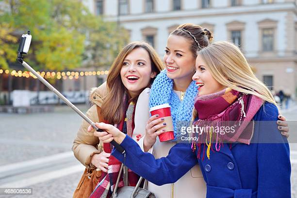 Jeunes Amis prenant mentionné les selfies