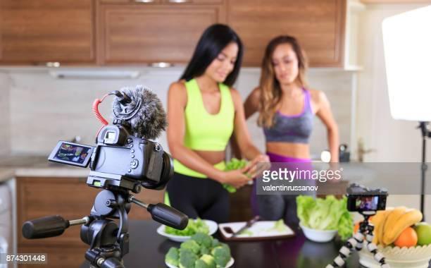 Junge Freunde einen gesunden Ernährung Videoaufnahme für Ihre Vlog