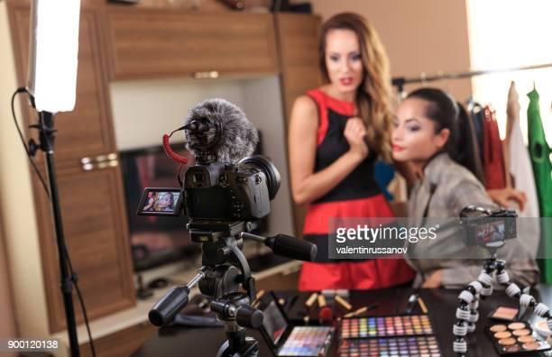 Junge Freunde einen Videoaufnahme für Ihre Make-up Vlog