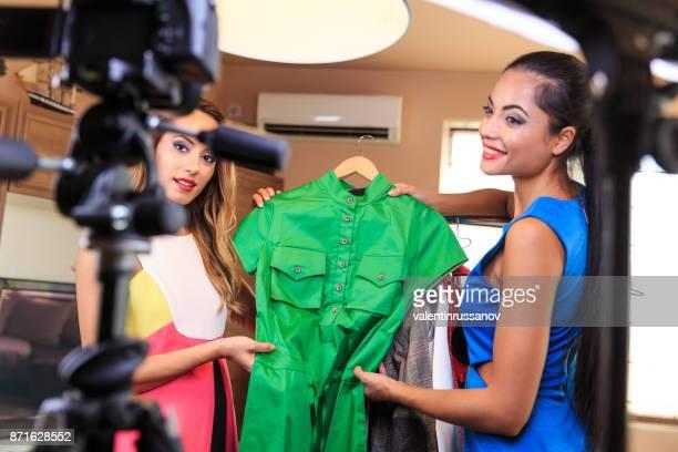 Junge Freunde Vloggerin Aufnahme Vlog über Mode