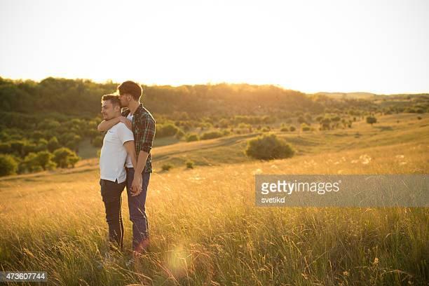 Junge lesbische Paar auf einer Wiese.
