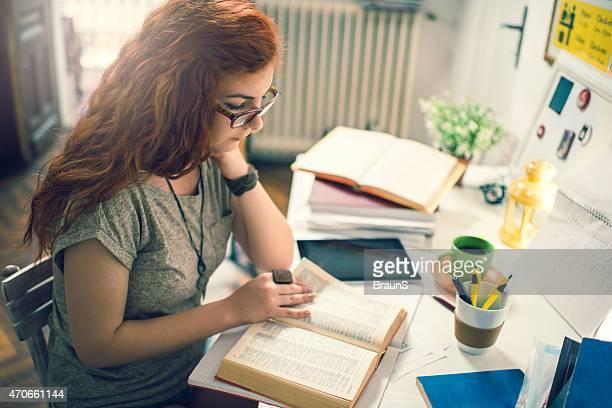 jengibre joven mujer sentada en casa estudio y el estudio. - ginger lee fotografías e imágenes de stock