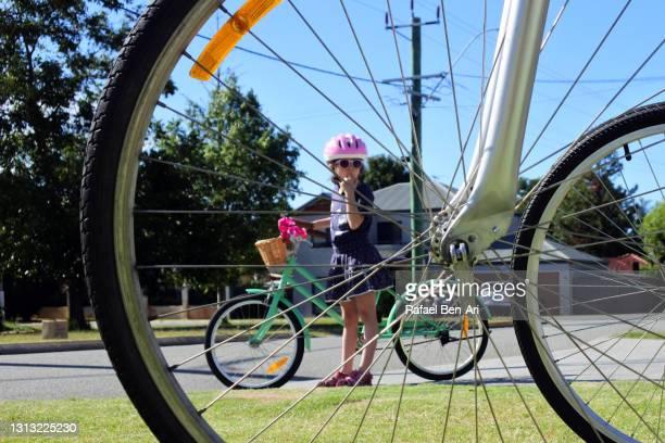 young girl afraid to go on a family bike ride - rafael ben ari - fotografias e filmes do acervo