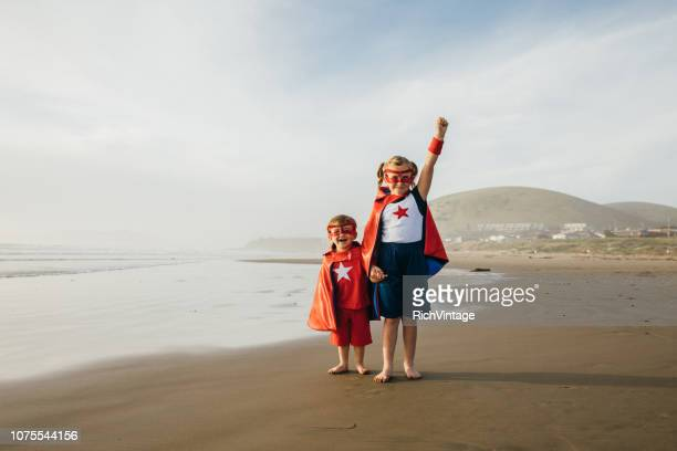 menina e menino super-heróis na califórnia beach - heróis - fotografias e filmes do acervo