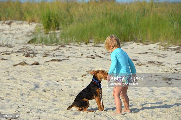 young girl and dog on the beach - lynn pleasant photos et images de collection