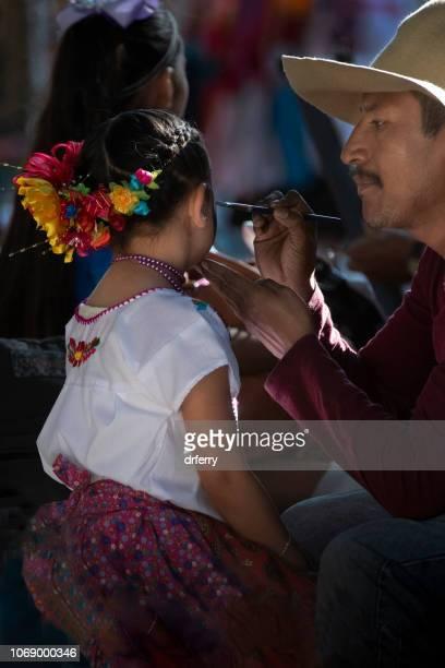 Jeune fille et Make-up Artist chez le Día de los Muertos Festival à Oaxaca