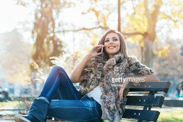 garota responder telefone, ligue para - casaco de pele - fotografias e filmes do acervo