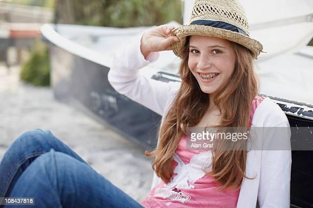 Jovem na praia a sorrir para a câmara