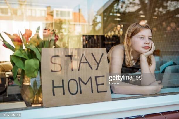 jong meisje thuis tijdens lockdown - lockdown stockfoto's en -beelden