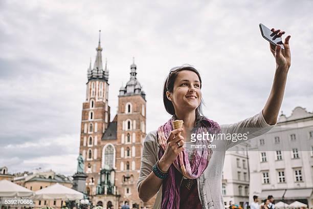 Chica joven en la plaza del mercado de Cracovia principal