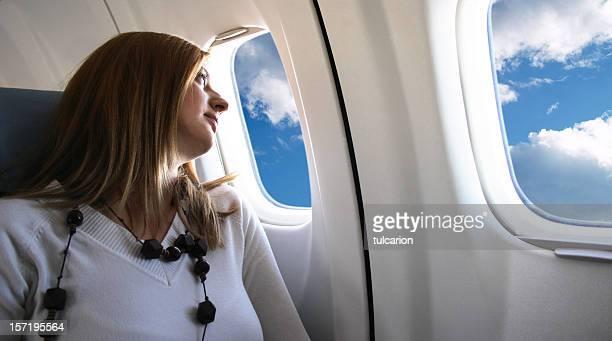 Jeune fille de vol pour les fêtes de vacances