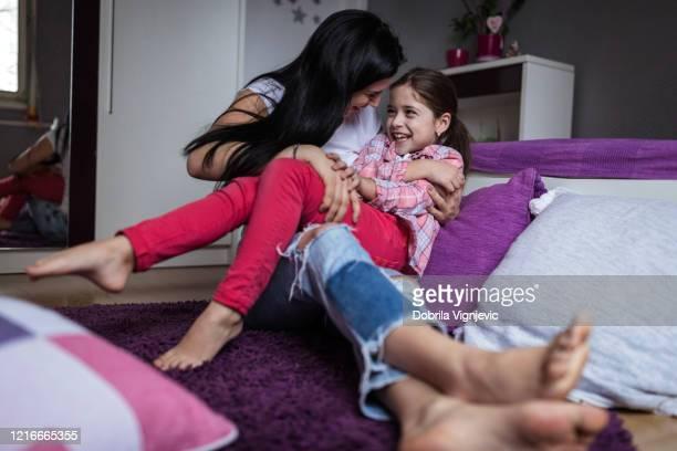 jovem sendo cócegas por seu primo - fazendo cócegas - fotografias e filmes do acervo