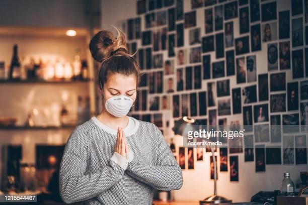 junges mädchen verbeugt sich in meditation - dankbarkeit stock-fotos und bilder