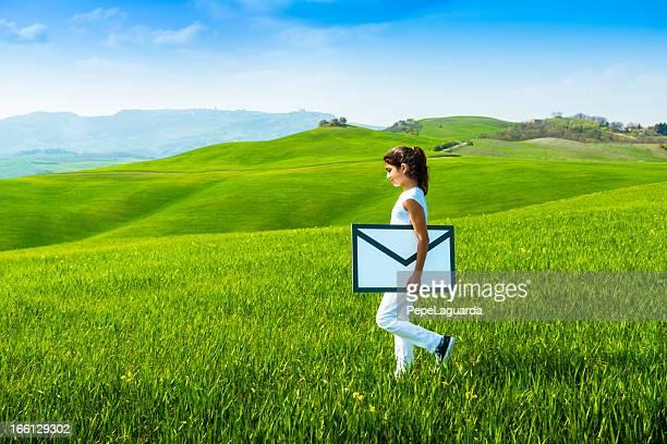 若い女性用エンベロープ: e メールのコンセプト