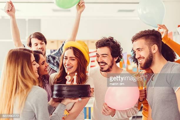 Joven Chica celebrando su cumpleaños con amigos, 21