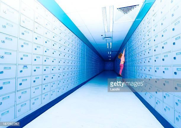 Jeune fille chèques la boîte aux lettres