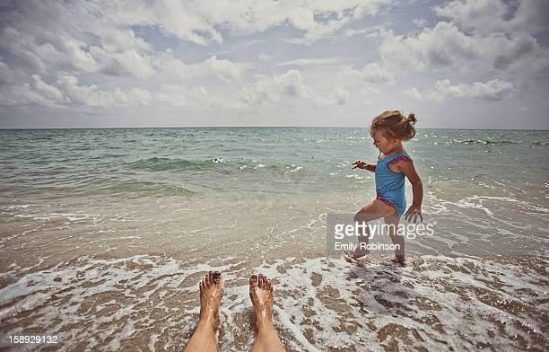 young girl dances in the ocean - フロリダ州ハリウッド ストックフォトと画像
