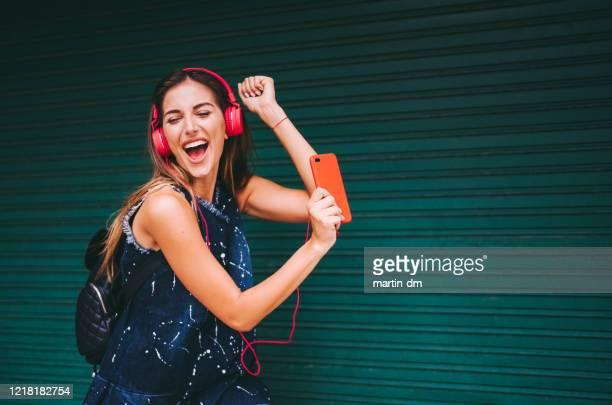 jeune fille dansant à la musique - gogo danseuse photos et images de collection