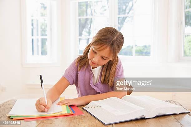 Junge Mädchen, die Hausaufgaben im kitchen table