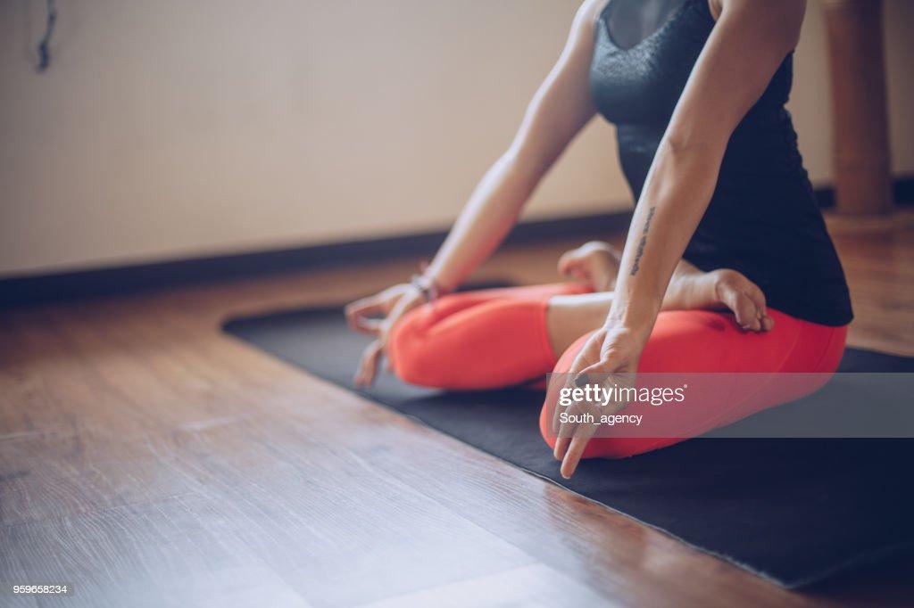 Junges Mädchen beim Yoga : Stock-Foto