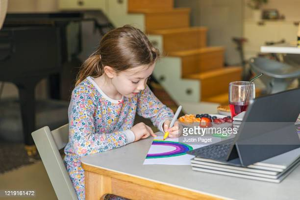 young girl drawing a rainbow -  eラーニング ストックフォトと画像