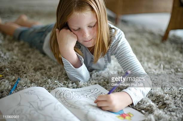 young girl drawing on the floor, bakoven, western cape province, south africa - linkshandig stockfoto's en -beelden
